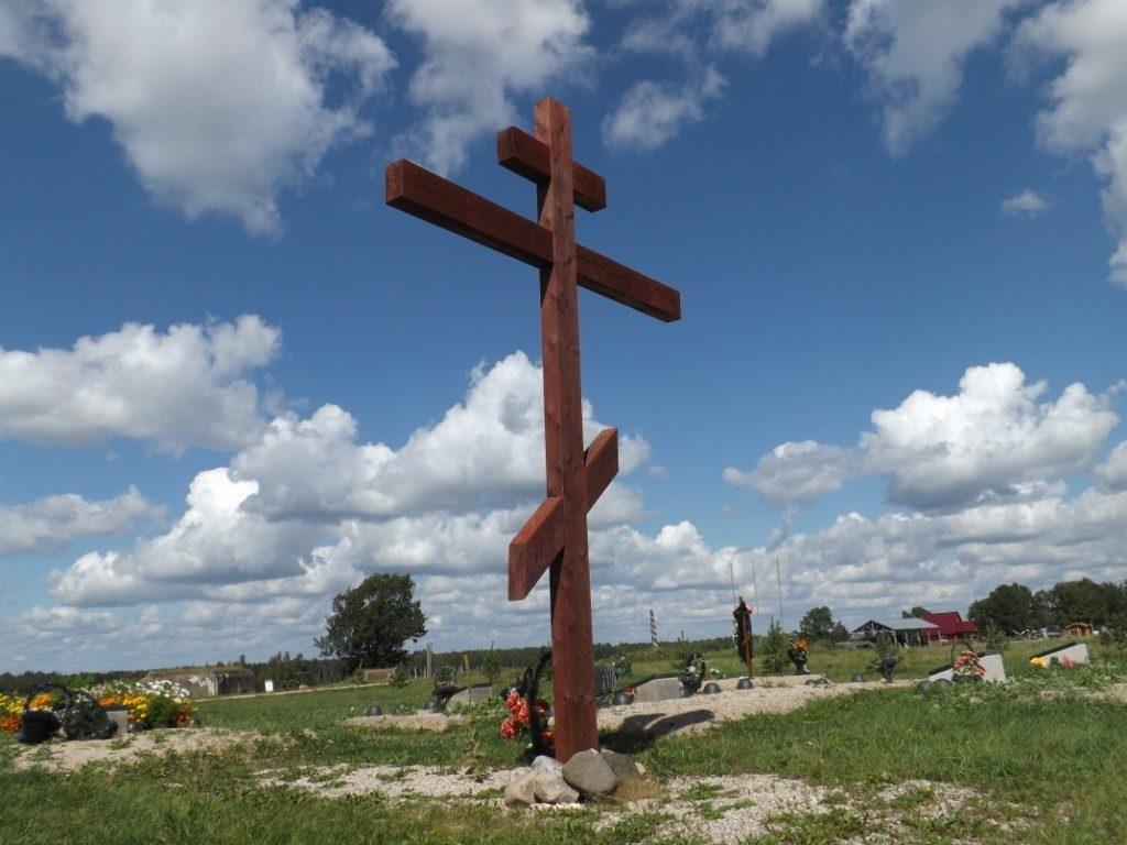 Традиция установки памятника: Как устанавливать памятник на могиле в ногах или в голове